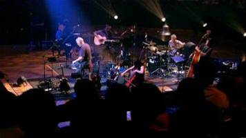 The full band in David Gilmour: In Concert